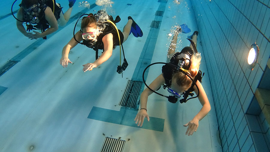Snorkelaars krijgen introductie duikles